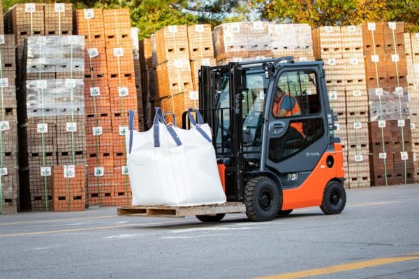 toyota pneumatic forklift carrying load