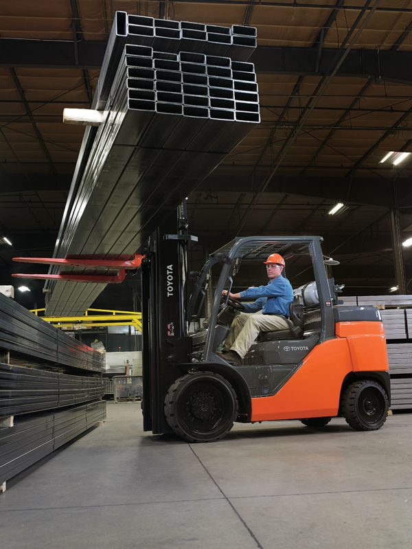 Lage Toyota forklift in warehouse