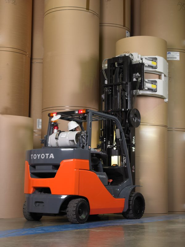 toyota paper roll special forklift lifting to grab paper roll