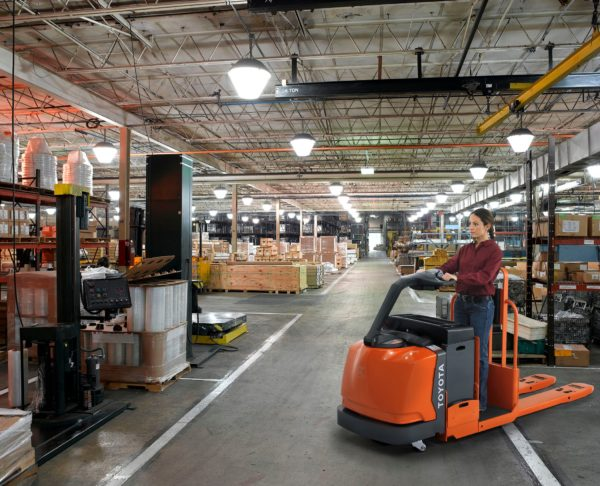 TOYOTA CENTER-CONTROLLED RIDER PALLET JACK 1